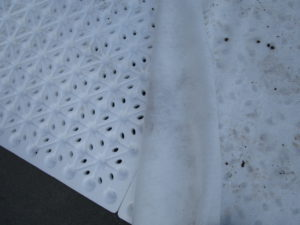 Végétalisation extensive sur support béton: drainage composé d'une plaque de polystyrène et d'un géotextile